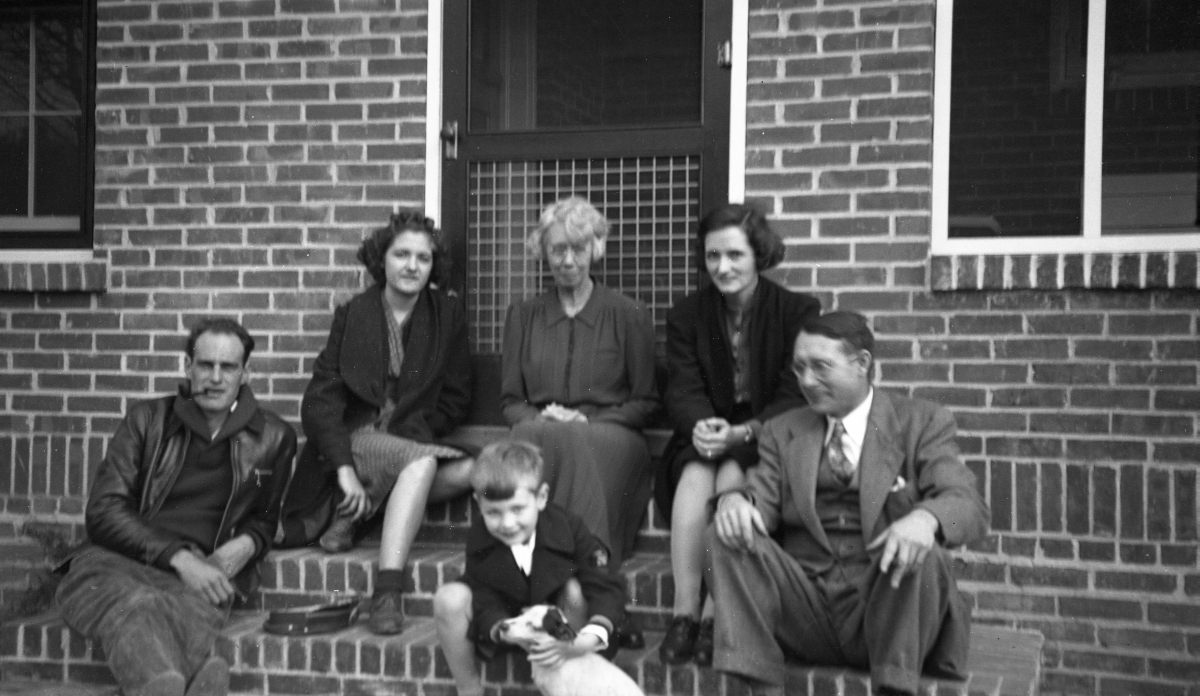 Group in front of the Dixon home at 509 Ward St. in Tallahassee.