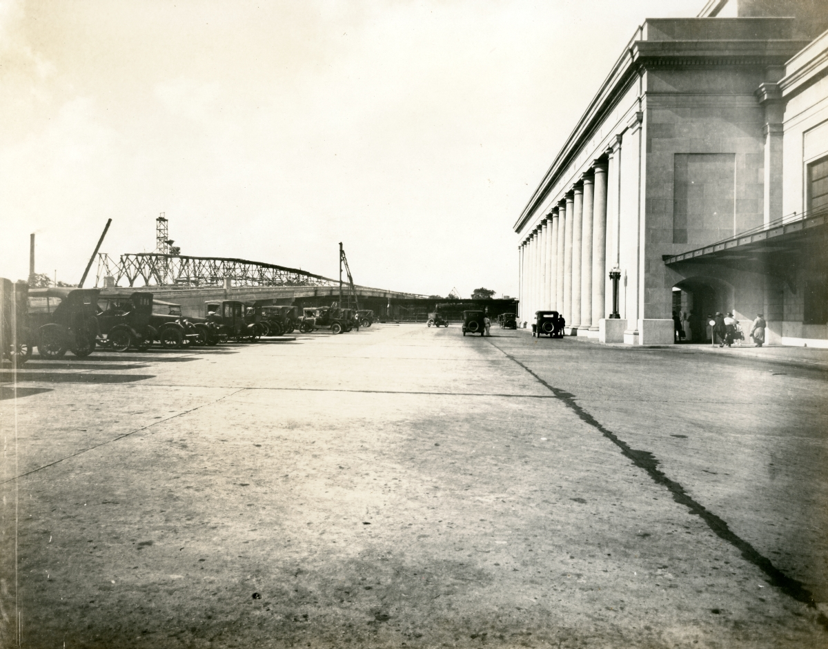 Looking south along the front of the Jacksonville Terminal.