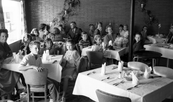 Fort Braden School students and teachers at the Plantation Restaurant in Tallahassee.