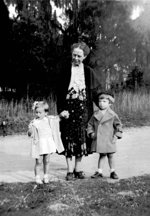Lizzie Blanche Henderson Weedon with her grandchildren.