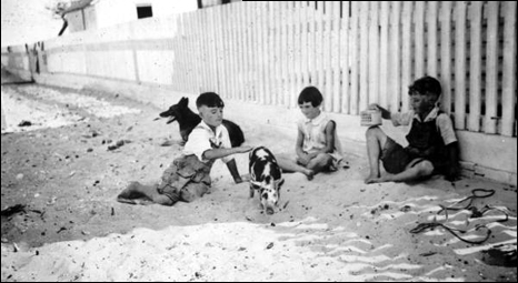 "Roberts family children with pet pig ""Alice"": Saint George Island, Florida (193-)"