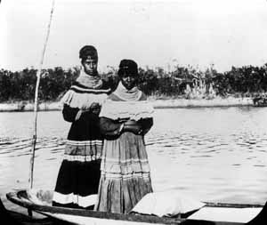 Seminole women in a dug-out canoe (1900s)