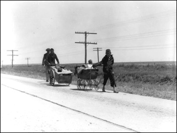 Field workers traveling with baby and possessions (between 1937 and 1939)