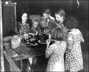 Family of migrant workers having supper: Belle Glade, Florida (1939)