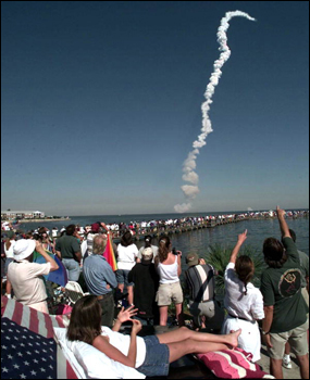 Crowds watching the launch of Space Shuttle Discovery (1998)