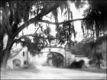 Entrance to Los Robles: Tallahassee, Florida (193-)