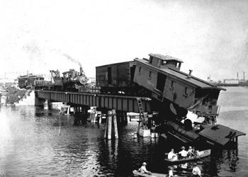 Train wreck on a bridge in Tampa (1906)