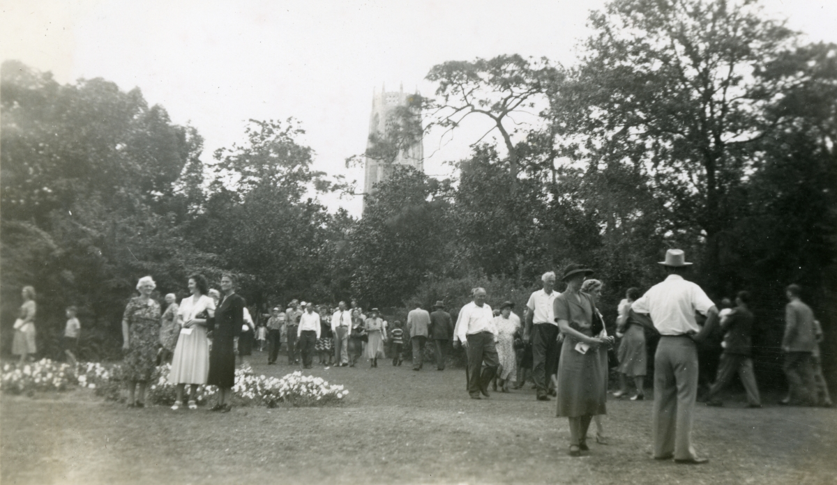 Crowds at Bok Tower Gardens shown during vacation of the Hall family from Michigan.