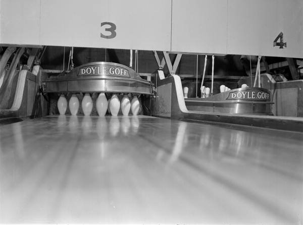 Florida Memory - Automatic pin setter at the South Side
